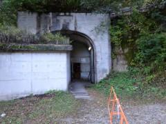 ダム内への出入口。他に登山者は出てこない。