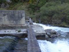 ダム直下の木橋を通過