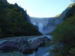ダムは観光放水中