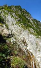 道は滝の上の沢を渡渉