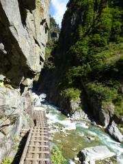 岩壁に架かる桟道