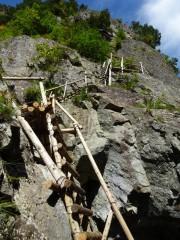 見上げる高巻き梯子