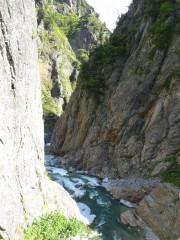 梯子を下った先の渓谷