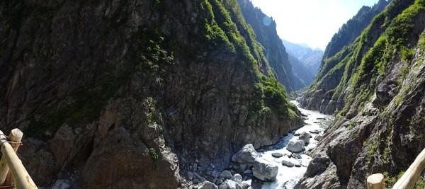 高巻き梯子の天辺で上流方向から対岸のパノラマ