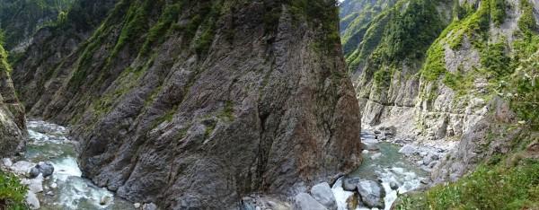 別山谷出会を過ぎた地点のパノラマ。左が進む下流方向。