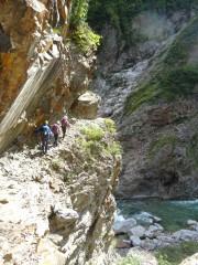 断崖を行く登山者