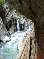 振り返り見る対岸の滝