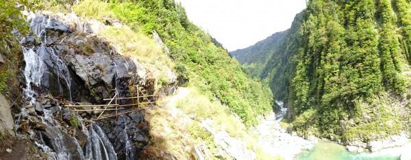 沢水のシャワーの先が十字峡