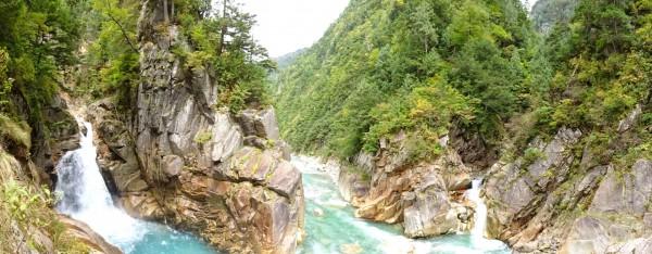 十字峡展望岩にて、左に剱沢、中央は黒部川下流、右に棒小屋沢