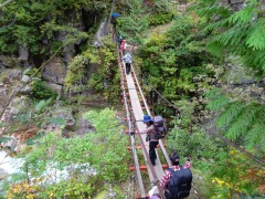 十字峡吊橋を渡る登山者