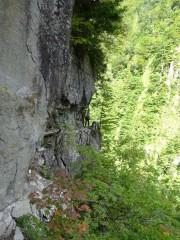断崖の道を行く登山者