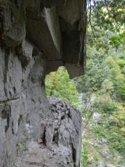 断崖の中の道