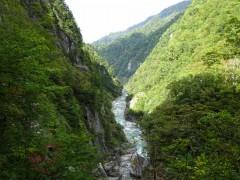 渓谷の向こうに関電の送電口