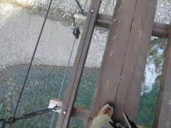 東谷吊橋の上からの川底