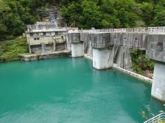 仙人ダム堰堤を渡りダム施設内へ