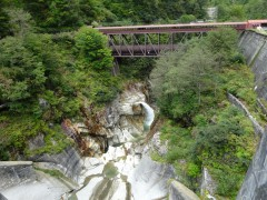ダム堰堤から下流側