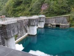 仙人ダム堰堤は渡らずそのまま左岸(右)へ
