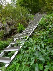 ダム湖の傍のアルミ梯子で山の中へ