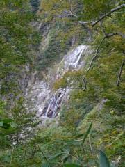 登山道から見える滝