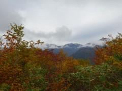 後立山連峰の稜線に雪