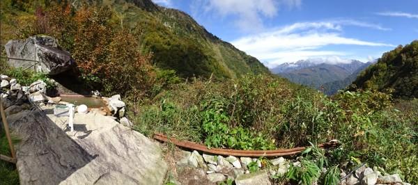 左に小屋の露天風呂、正面は後立山連峰(スイングパノラマ撮影)