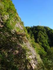 大きな岩壁の下をトラバース