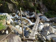 仙人谷に架かる丸太橋