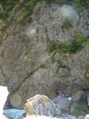 対岸の岩の模様