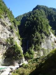 対岸の新越の滝