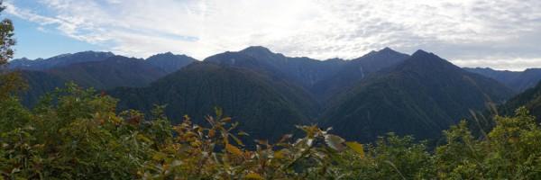 雲切新道下山途中に見えた後立山連峰のパノラマ