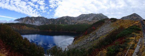 雲が取れ始め青空を映すみくりが池