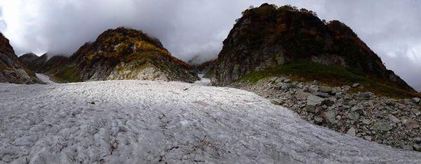 夏道に上がる長次郎谷出合、左は剱沢雪渓上流