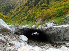 雪渓に出来た大きな空洞