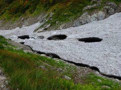 中央部から崩落する雪渓