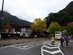 始発前の立山駅。周囲の山にガス