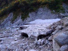 大きな雪渓棚