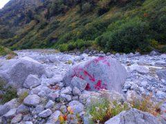 大岩に赤ペンキの道標