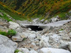 雪渓の空洞