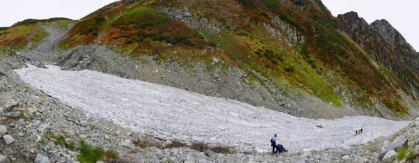 雪渓最上部で、ドローンを飛ばしていた4人組も上がって来た