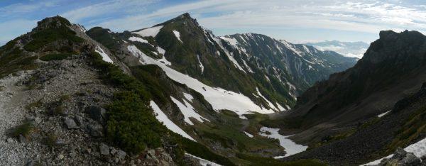 杓子岳登山道で振り返り見る白馬岳と小蓮華山