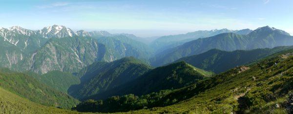 岩小屋沢岳付近にて剱岳と後立山連峰を隔てる黒部谷