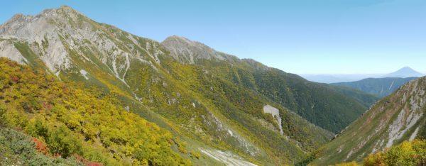 荒川小屋を出発して振り返り見る荒川岳と富士山(2014/09/27)
