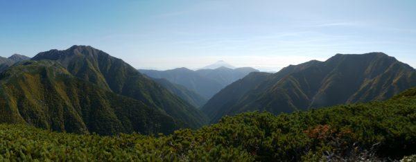 大きな赤石岳と聖岳を隔てる赤石沢の向こうに日本一の富士山