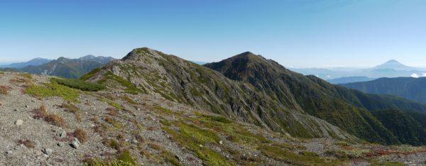 荒川前岳で見る荒川中岳と荒川東岳(悪沢岳)。その右に富士山、左には塩見岳や間ノ岳など南アルプス北部の山々が見える絶景(2014/09/27)
