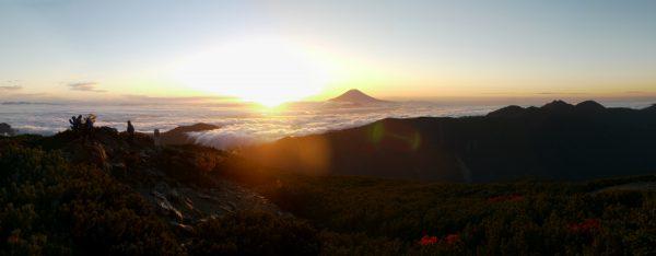 千枚岳山頂にて、白峰南嶺の先に広がる雲海に聳え立つ富士山と日の出。滝雲の辺りが転付峠(2014/09/27)