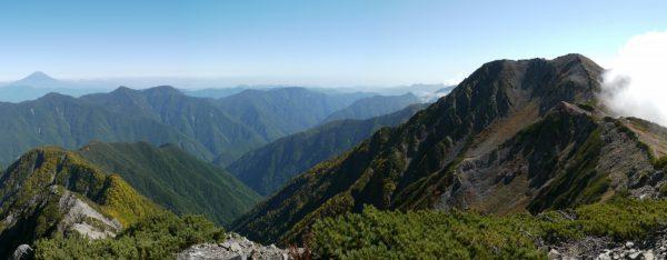 小赤石岳にて赤石岳と白峰南嶺の向こうに見える富士山(2014/09/27)