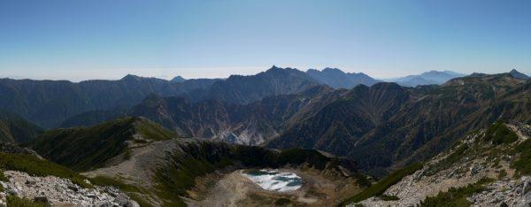 鷲羽岳山頂にて左に燕岳から右の笠ヶ岳までのパノラマ。鷲羽池の先には槍穂高連峰(2009/10/04)