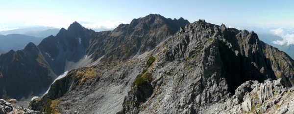 北穂高岳山頂で見る奥穂高岳、左下に涸沢ヒュッテ(2012/10/05)