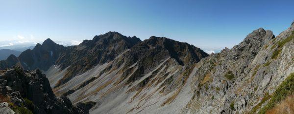 北穂登山道分岐付近で見る前穂高岳から奥穂高岳、涸沢岳のパノラマ、右に北穂ドーム(2012/10/05)