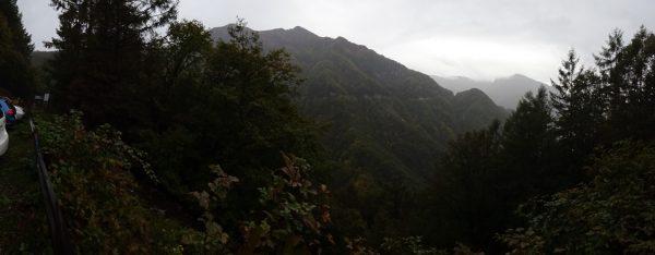 鳥倉林道ゲート口駐車場で見る豊口山。登山口は正面林道を右に進んで左に回り込んだ先